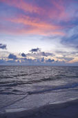 Zonsondergang op het strand — Stockfoto
