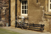 Bicycle in Edinburgh close — Stock Photo
