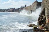 Waves crashing against sea wall — Photo