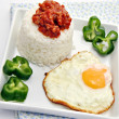 Arroz blanco con huevo frito — Stock Photo