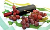 Uvas y botella de vino — Stock Photo