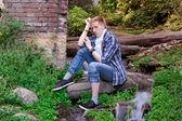 Genç insan yeşillikler arasında siting — Stok fotoğraf