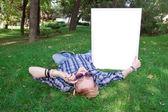 Joven humano sobre la verde hierba con marco blanco — Foto de Stock