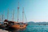 The small white boat is in the beautiful blue sea of the Turkey — Stock Photo