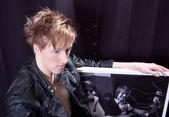 Il giovane uomo con taglio di capelli alla moda — Foto Stock