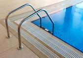 Escada de piscina — Fotografia Stock