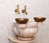 Faucets and copper bowl in turkish hamam — Stock Photo
