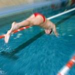 Schwimmer springen im Schwimmbad — Stockfoto
