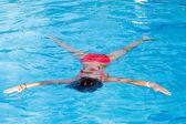 少女は水に浮く — ストック写真