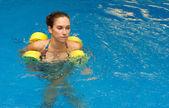 Kadın dumbbells ile su kalmak içinde — Stok fotoğraf