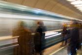Esperando o trem em metrô — Foto Stock