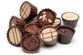 Smíšené čokolády haldy na bílém pozadí — Stock fotografie
