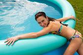 Femme avec piscine gonflable — Photo