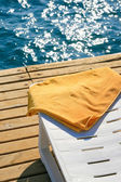 Serviette jaune sur la chaise longue — Photo