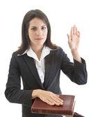 Mulher caucasiana, jurando sobre um fundo branco bíblia isolado — Foto Stock
