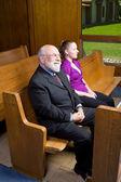 Glücklich senior weißer junge frau sitzend kirche — Stockfoto