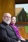 Sênior homem branco jovem mulher sentada banco de igreja — Foto Stock