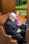 Senior man jonge vrouw gebogen hoofden kerk bidden — Stockfoto