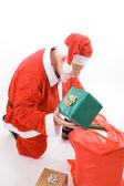 Santa olhando saco segurando presente presente isolado — Foto Stock