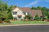 Nicely Landscaped Single Family Home in Suburban Philadelphia, P — Stock Photo