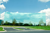 Ultra Modern Mirrored Glass Office Building in Maryland Blue Sky — Stock Photo