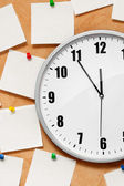Clock on wall with note — Stock Photo