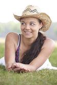 Dziewczyna sobie kapelusz lato — Zdjęcie stockowe