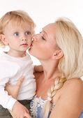 亲吻她的儿子的母亲 — 图库照片