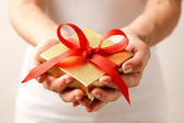 Giving a gift — Stock Photo