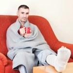 homem com a perna quebrada — Foto Stock