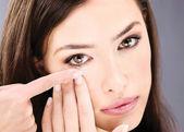 Vrouw contactlens aanbrengend haar oog — Stockfoto