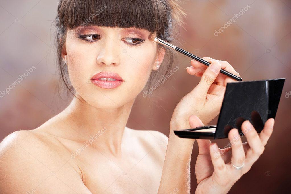 Как самостоятельно научиться наносит макияж