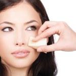 bella donna applicando make up con spugna cosmetica — Foto Stock