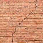 Cracked redbrick wall — Stock Photo
