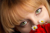 Green eyes and flowers — Stock Photo