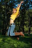 Ince şekilli kız atlama — Stok fotoğraf