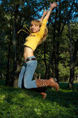 Slim gevormde meisje springen — Stockfoto