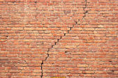 Cracked redbrick wall — Stock Photo