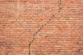 レンガの壁のひび — ストック写真