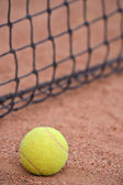Tennisbal bij het hof — Stockfoto