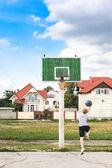 Młody chłopak gra koszykówka sam — Zdjęcie stockowe