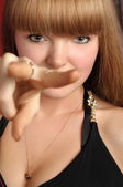 Blond meisje vorken haar vingers — Stockfoto