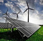 панели солнечных батарей и ветряных турбин — Стоковое фото