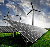 Panele słoneczne i wiatr turbina — Zdjęcie stockowe
