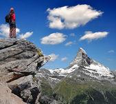 Meisje kijkend naar de prachtige mount matterhorn — Stockfoto