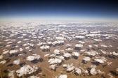 Decorativas nubes a 30.000 pies de altura. — Foto de Stock
