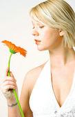 赤い花を持つ若い女 — ストック写真