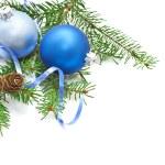 Kiefer-Zweig mit Tannenzapfen und Weihnachts-Dekorationen auf weißem Hintergrund — Stockfoto