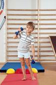 Chłopiec z hantle w siłowni. — Zdjęcie stockowe