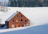 Alten einsamen backstein-hütte im winter — Stockfoto